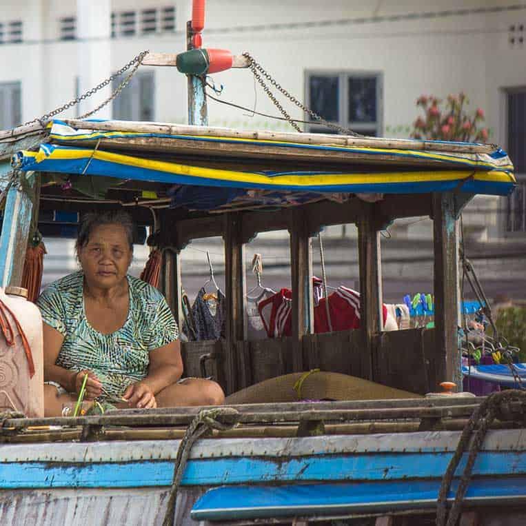 Verkäuferin am schwimmenden Markt in Cai Be