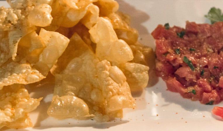 Thunfischtartar mit Sesamsauce und frittierten Wontons