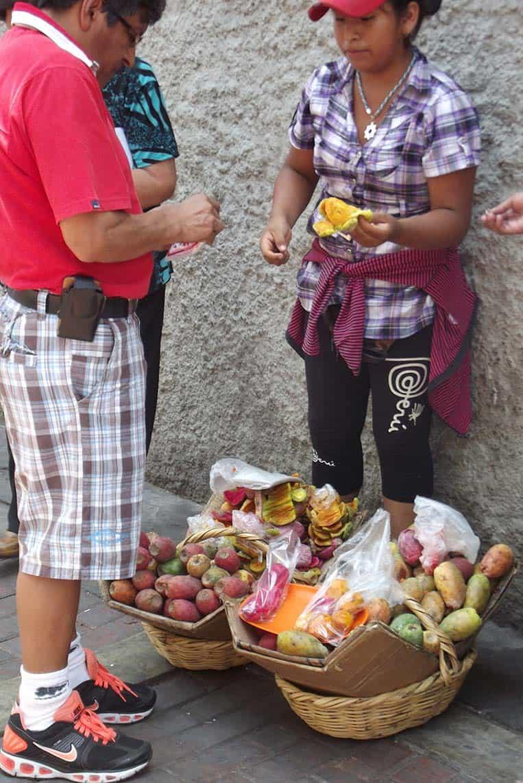 Kaktusfrucht-Verkäuferin in Lima