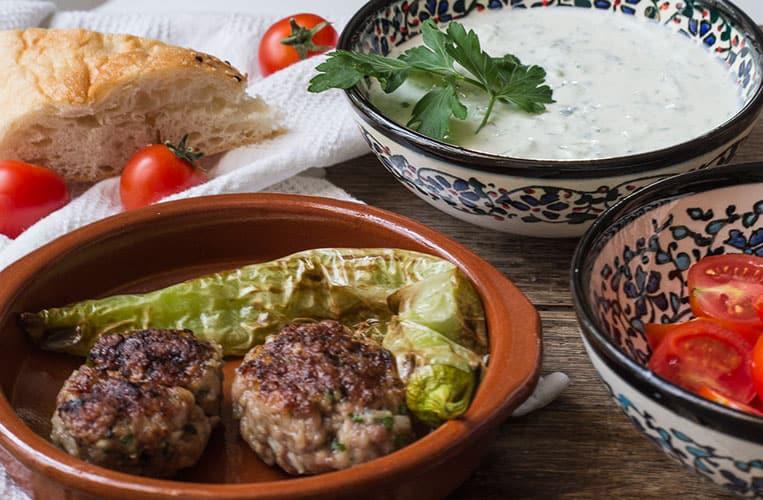 türkische Frikadellen mit Knoblauch-Gurken-Joghurt