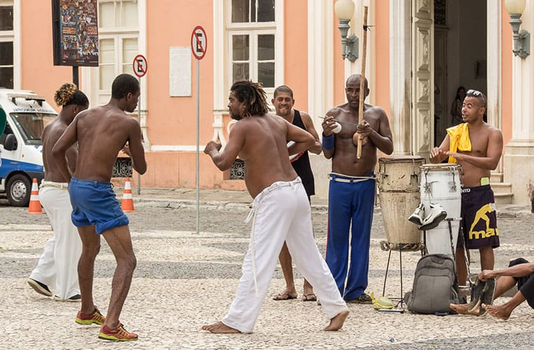 Männer beim Capoeira tanzen