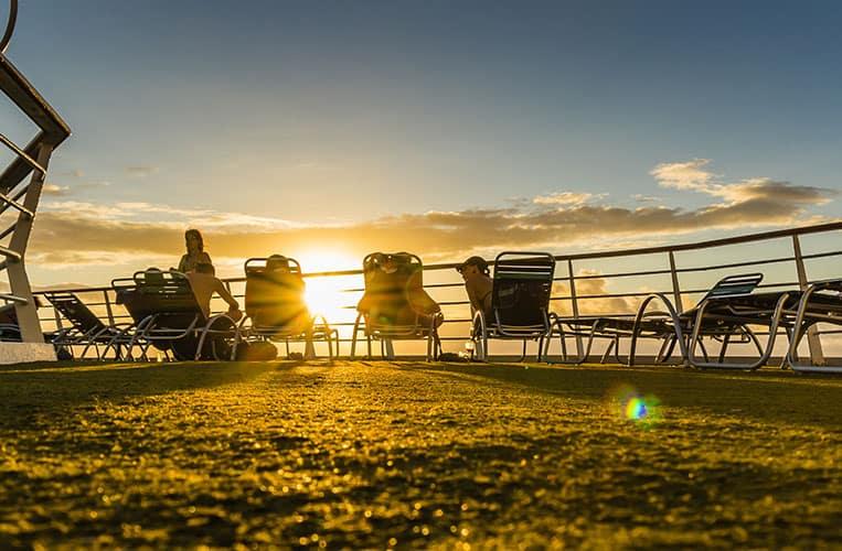 Abends zum Sonnenuntergang im Liegestuhl gemeinsam schweigen...