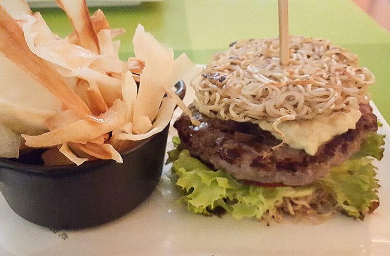 Sim Mie Burger mit Yucca Pommes