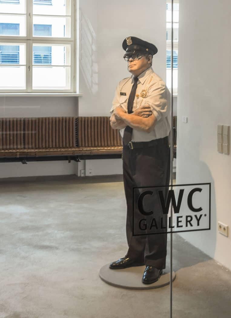 Skulptur »Security Guard« von Marc Sijan im Eingangsbereich der CWC Gallery