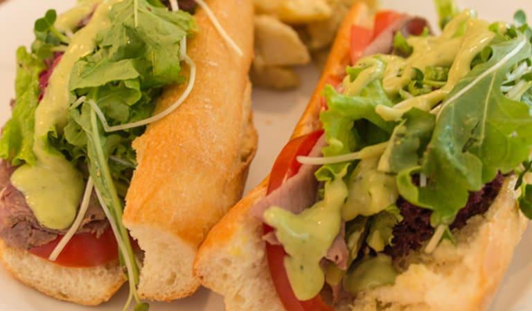 Roastbeef-Sandwich mit Tomaten, Rucola, Cornichons und Dijon-Senf