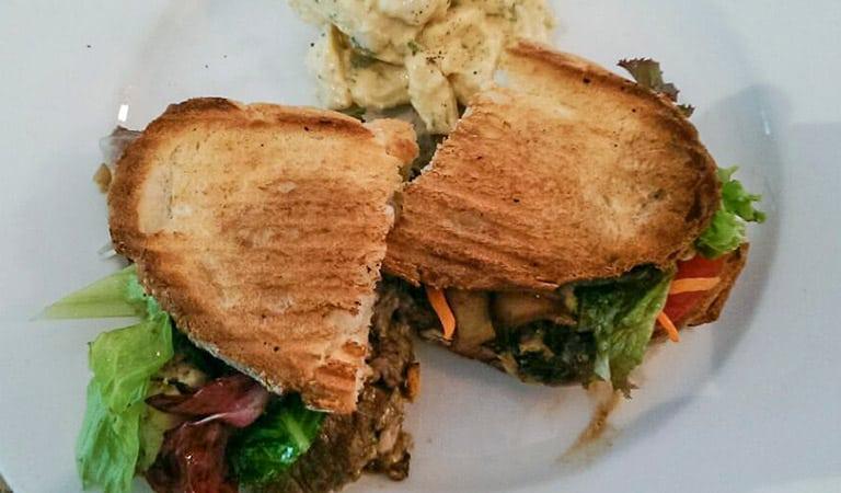 Steaksandwich mit Champignions, Provolonekäse und Salat
