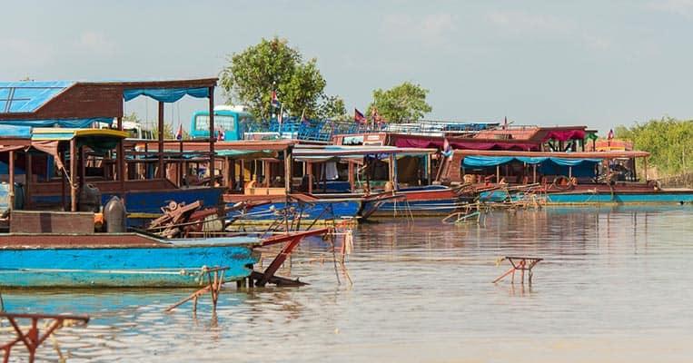 Bunte Schiffe am Tonle Sap