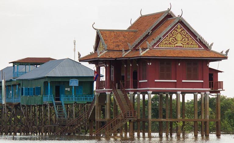 Schule und Tempel mitten im See