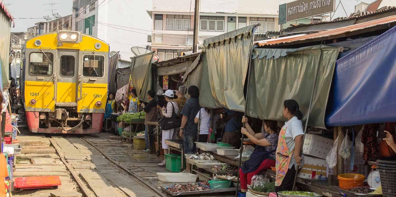 Der Maeklong Railway Market (Talad Rom Hoob) | Reisehappen