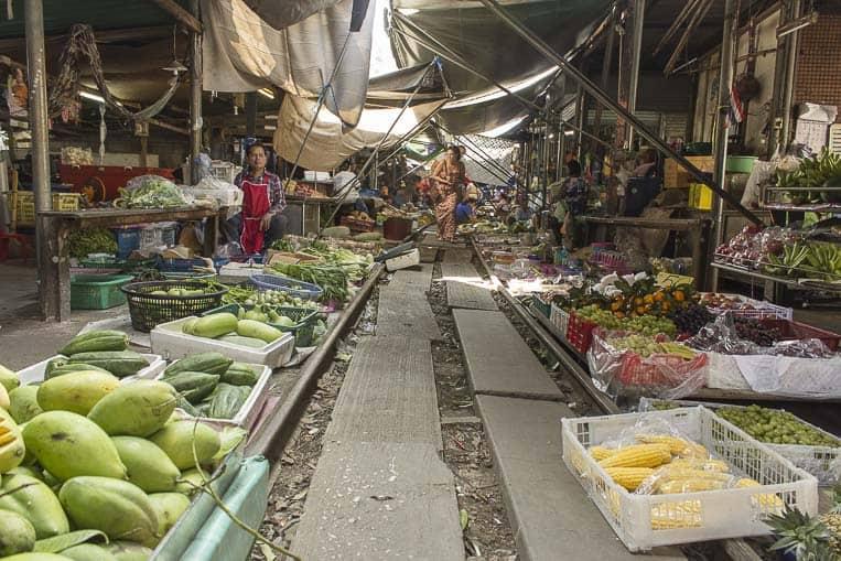 Maeklong Railway Market – Man teilt sich die Gleise