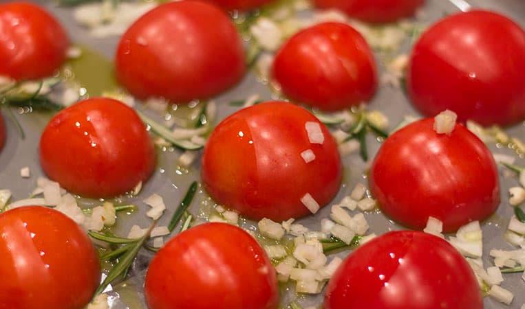 Tomaten mit Zwiebeln, Knoblauch und Rosmarin