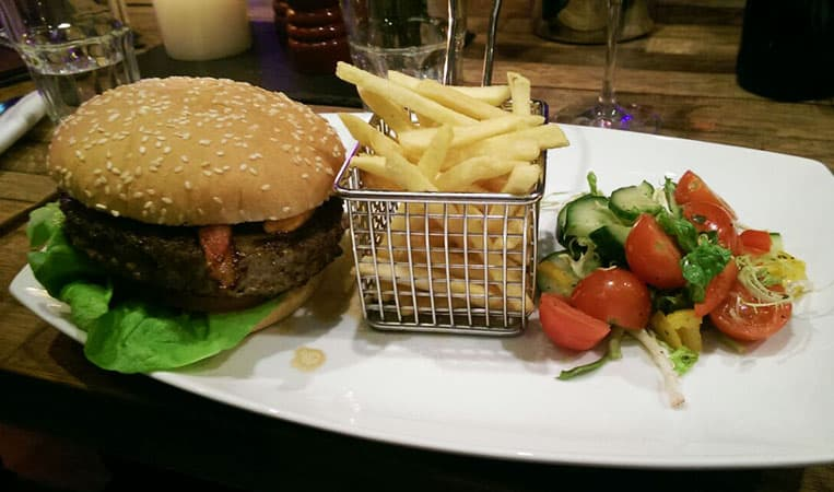 Lecker Burger in coolem Ambiente
