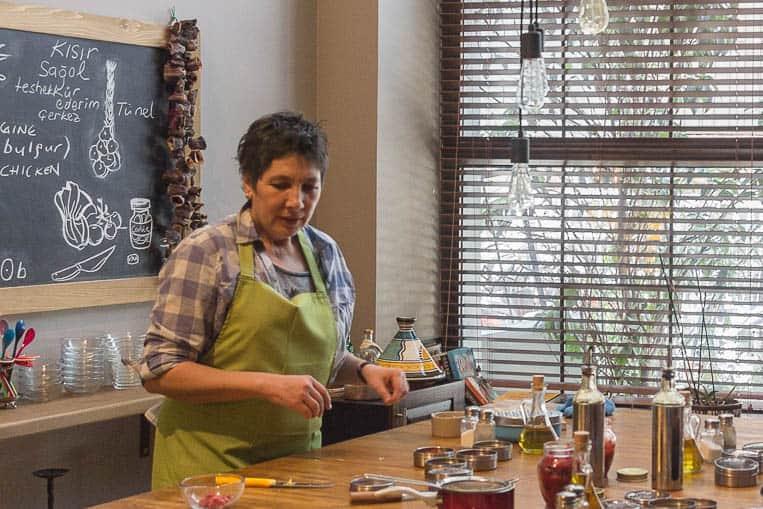 Ayşın beim Erklären und Kochen