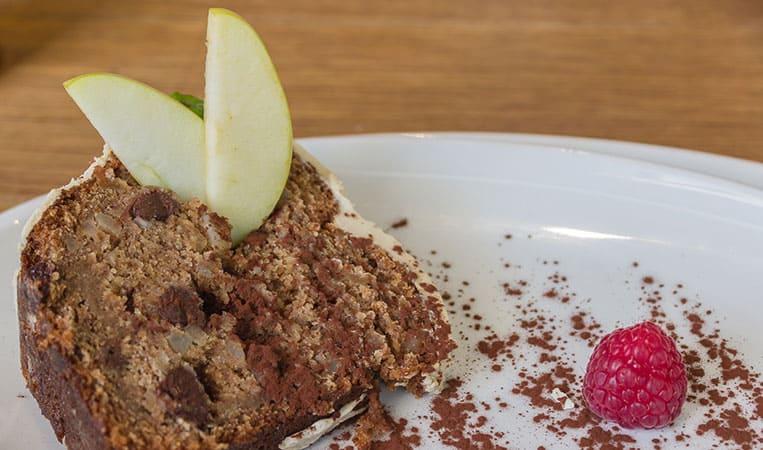Kuchen mit karamellisierten Birnen, Macadamianüssen und weißer Schokolade im Flax & Kale