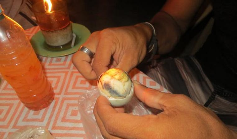 Balut, ein angebrütetes Entenembryo.