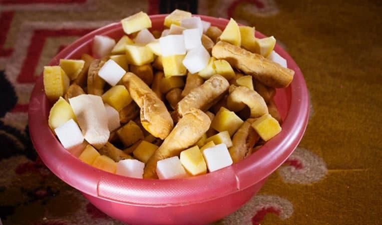 Fingerfood in der Mongolei (kleine Gebäckstücke, Würfelzucker und Käse)