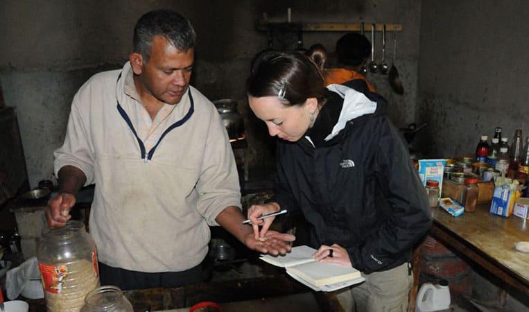 Julia lässt sich im indischen Ladakh die Zubereitung eines Currys erklären | Foto: Heiko Meyer