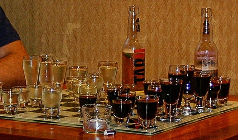Schach: Rotwein gegen Weißwein!