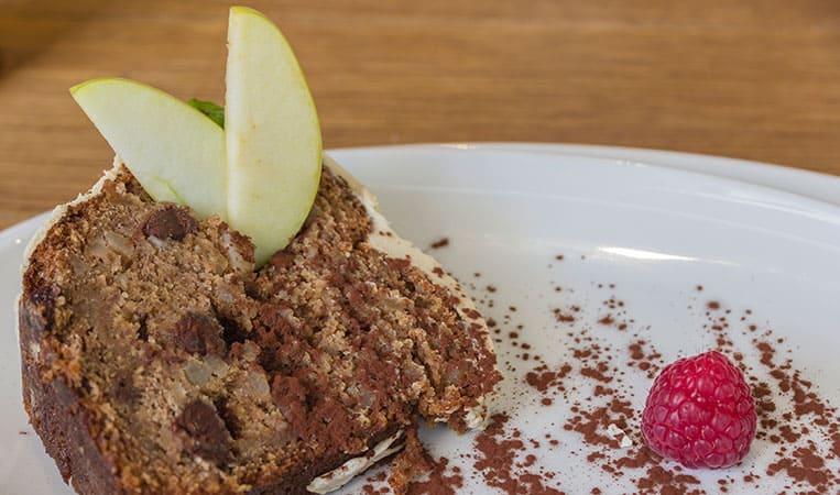 Veganer Kuchen mit karamellisierten Birnen, Macadamianüssen und einem Topping aus weißer Schokolade