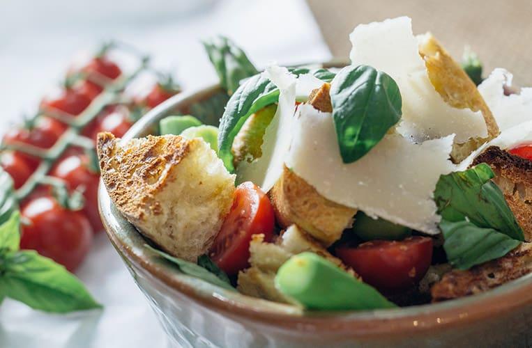 Panzanella, oder toskanischer Brotsalat, mit grünem Spargel und Tomaten. Leicht, lecker und wirklich ganz easy zuzubereiten.