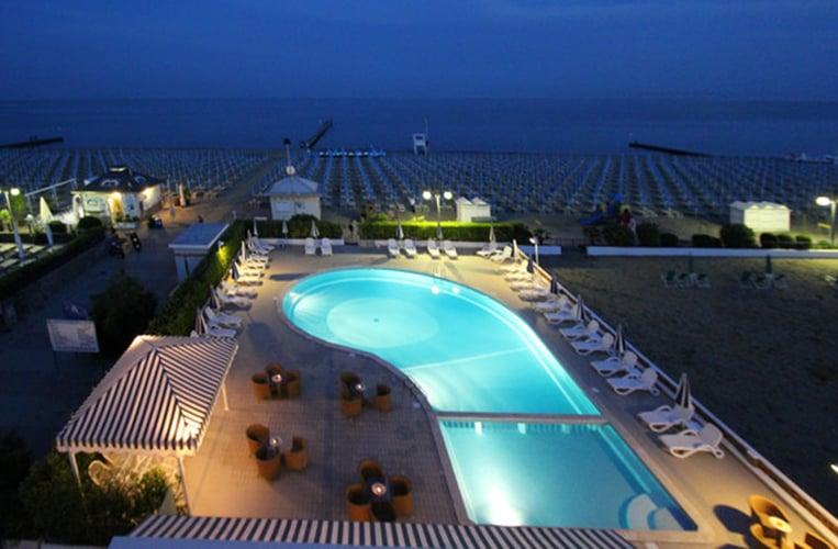 Der Pool des Hotel delle Mimose und der wundervolle Strand