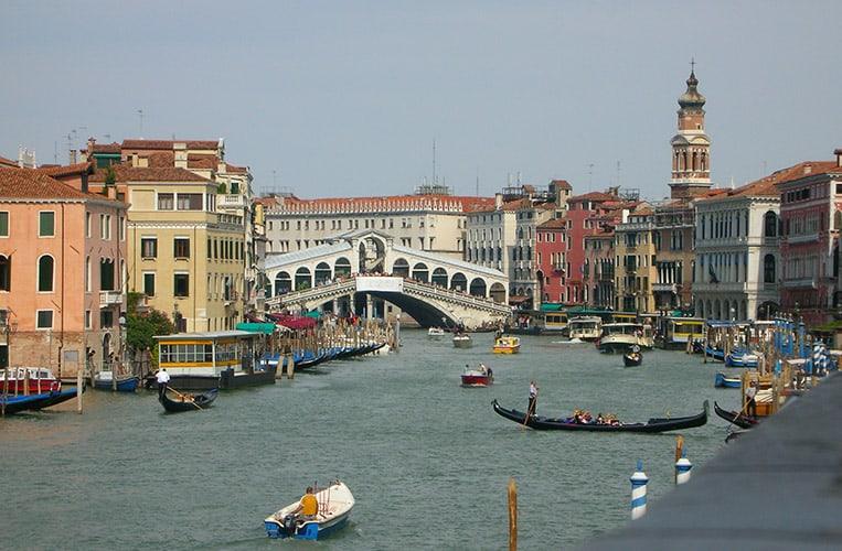 Die Rialtobrücke über den Canale Grande