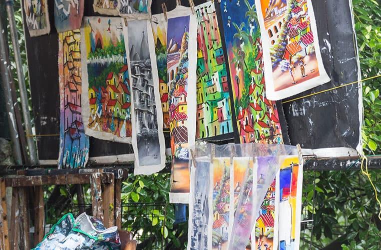 Werke eines einheimischen Malers in Rocinha
