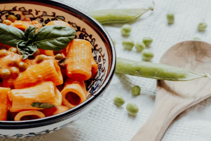 Rigatoni mit Tomaten-Mascarpone-Sugo & Erbsen
