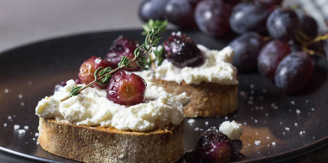 Bruschetta mit Ricotta und Weintrauben