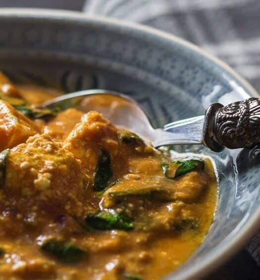 Palak Paneer, selbst gemachter indischer Frischkäse mit Spinat