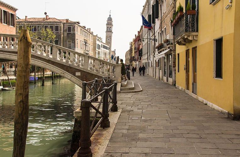 Das gelbe Haus rechts ist die Questura der Romane am Fondamenta San Lorenzo in Castello.