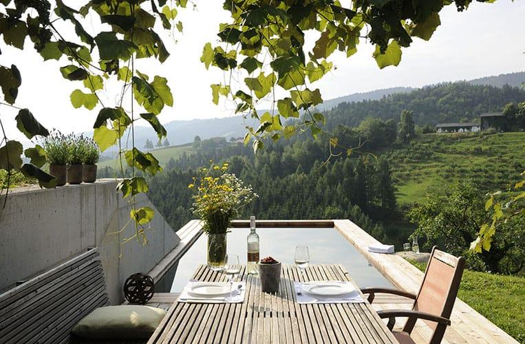 Die Terrasse mit Pool