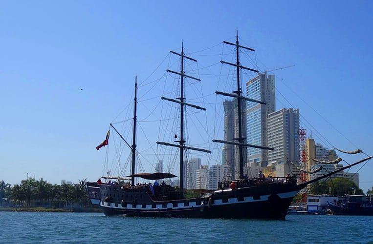 Piratenschiff im Hafen von Cartagena de Indias, Kolumbien