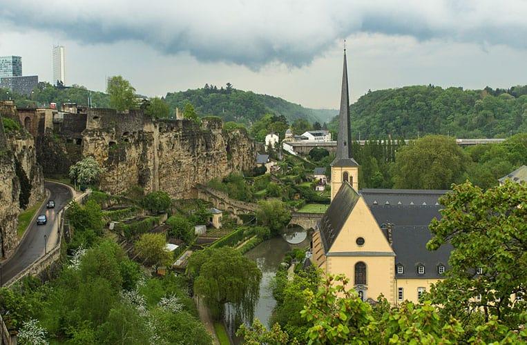 Blick von der Corniche in Luxemburg auf die historischen Festungsanlagen und den Bockfelsen