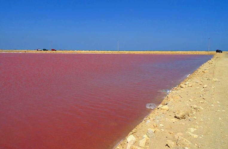 Der rote See in der Wüste La Guajira in Kolumbien