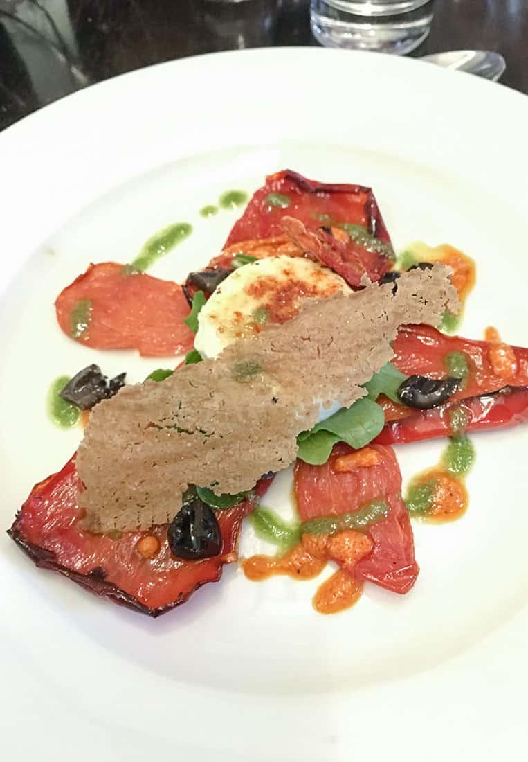 Irischer Ziegenkäse auf gerösteten Tomaten und Paprika mit Romesco Sauce