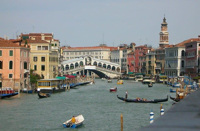 Die Rialtobrücke über den Canale Grande - Venedig im Herbst
