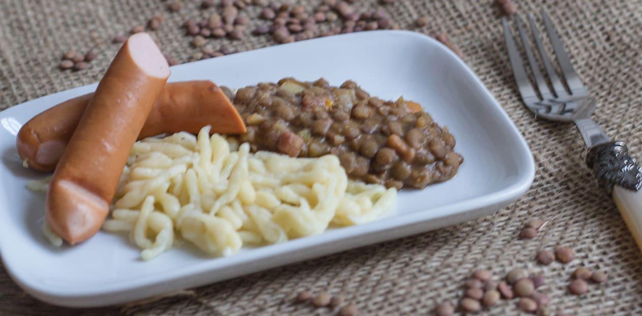 Ein schwäbischer Klassiker: Saure Linsen mit Saitenwürstchen und Spätzle