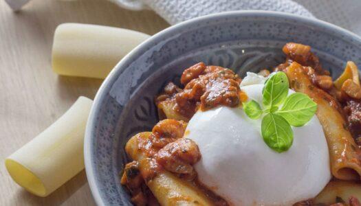 Paccheri mit Meeresfrüchte-Sugo und Burrata