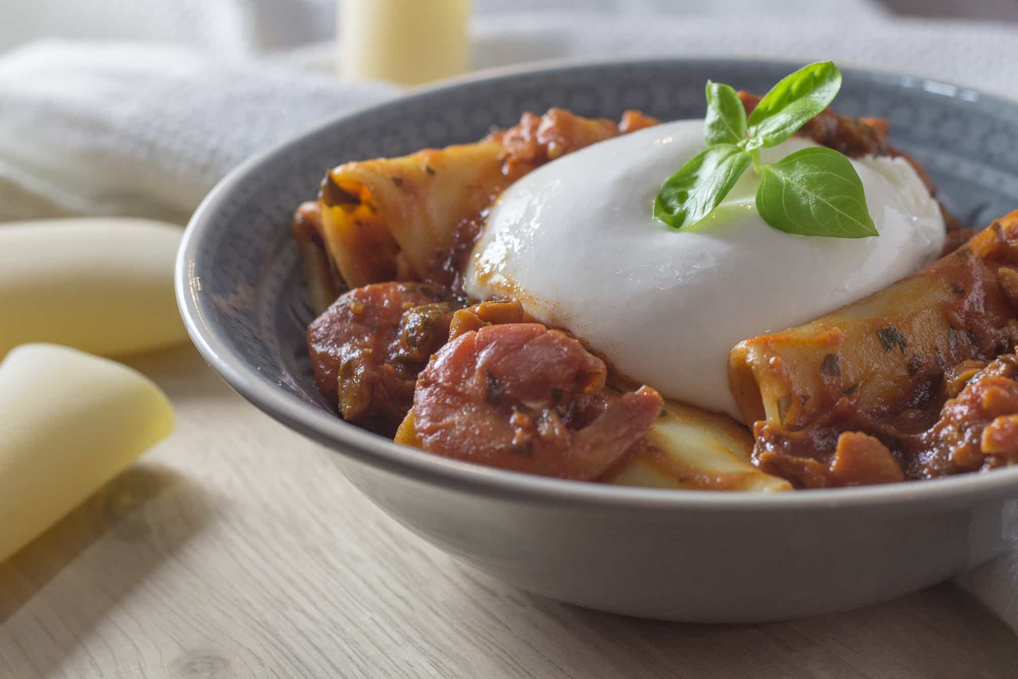 Italienisches Rezept für Paccheri mit Meeresfrüchte-Sugo und Burrata