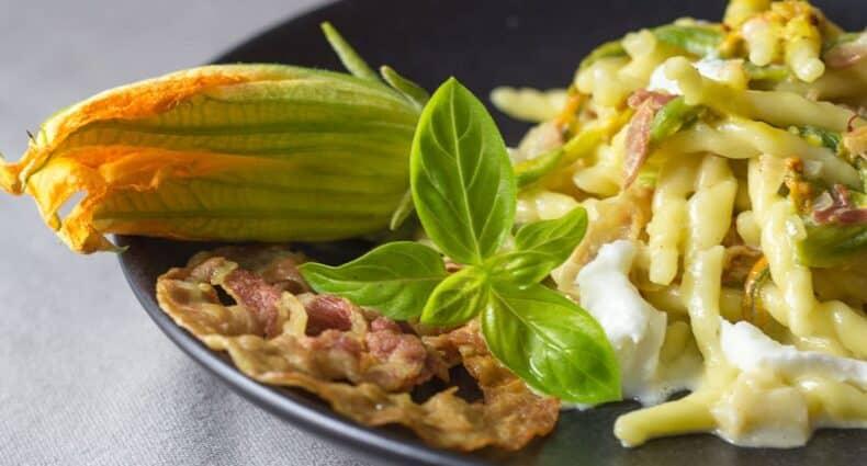 Rezept für Trofie mit Safran, Zucchiniblüten und Büffelmozzarella