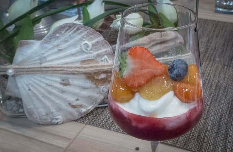 Creme mit roter Grütze, karamellisierten Kumquats mit weißem Pfeffer und Feigensenf