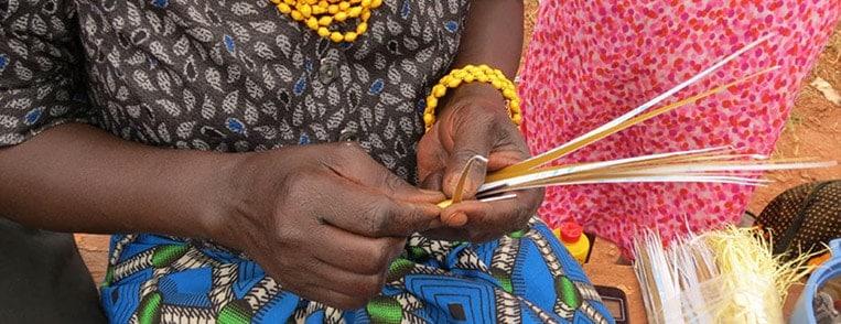 Frauen im Acholi Quarter in Kampala fertigen Schmuck aus Papier