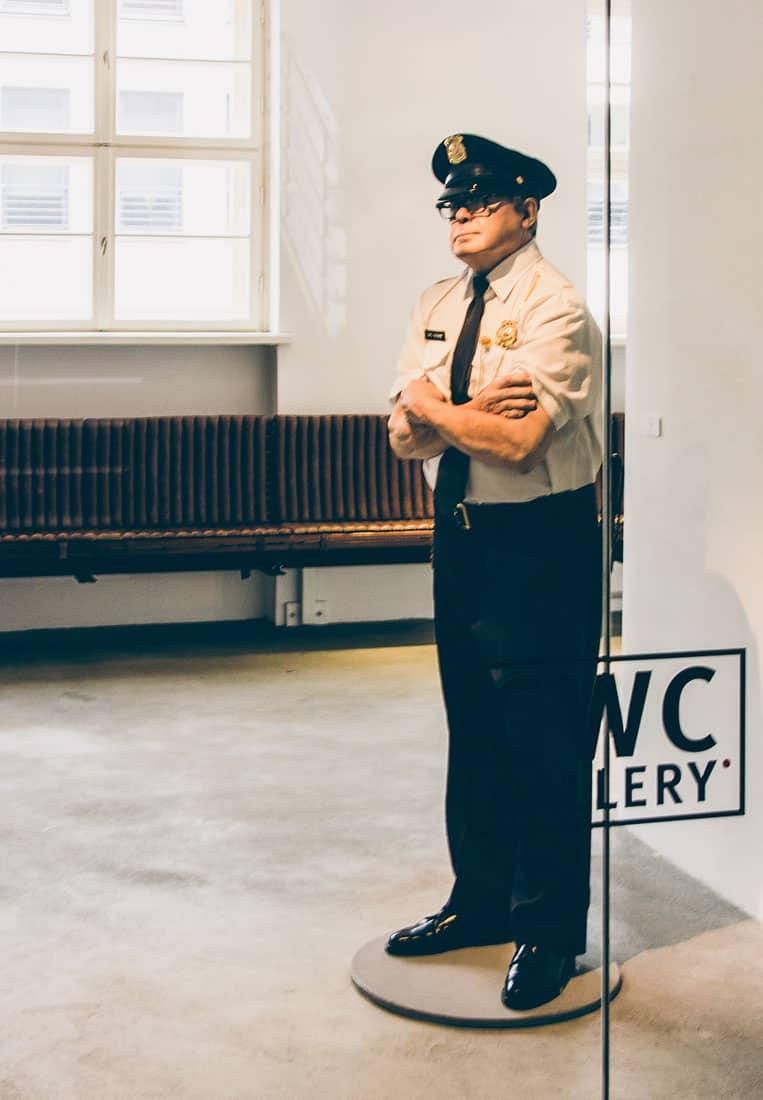 Skulptur »Security Guard« von Marc Sijan im Eingangsbereich der CWC Gallery Berlin