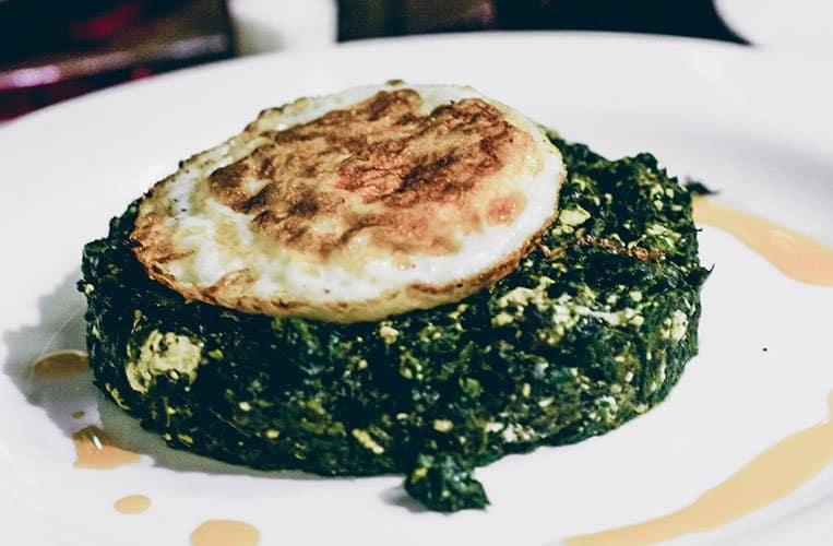Burania aus suspanak: Ei auf Spinat