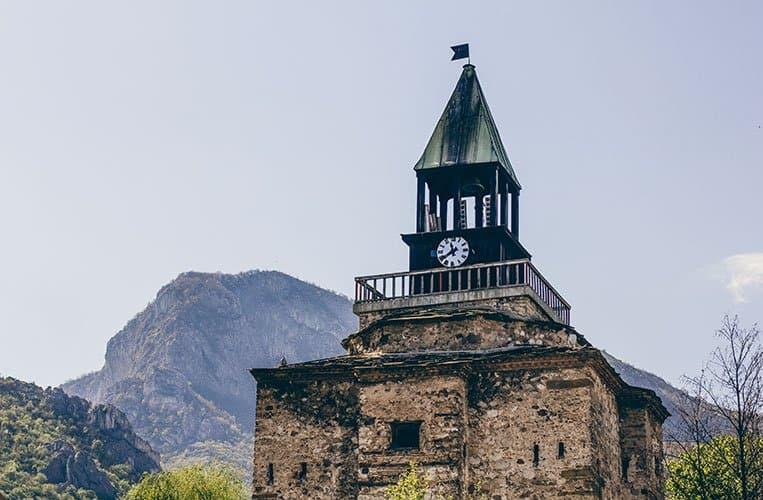 Blick auf die ehemalige Festung und die Natur im Zentrum Vratsas