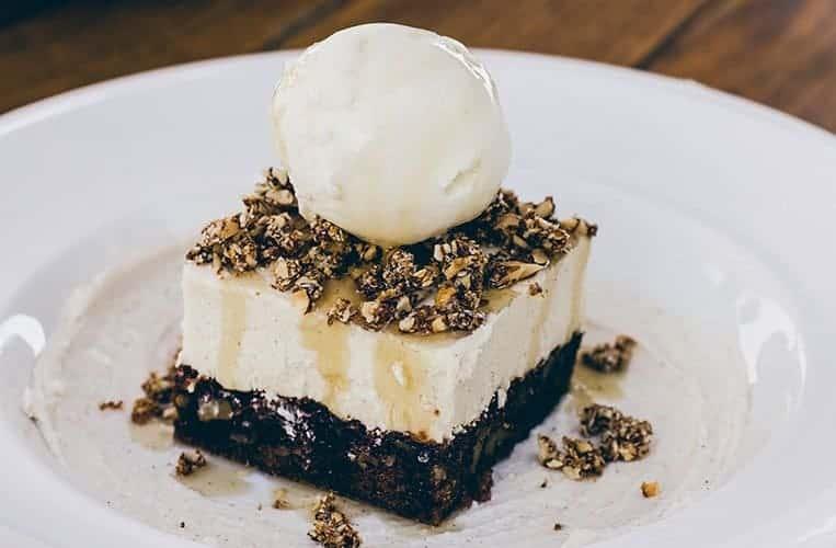 Vanilleeis, Schokoladenbrownie und Anari