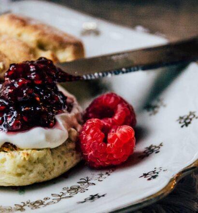 Very British – Rezept für feine Scones mit Clotted Cream und Marmelade