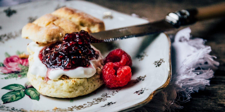 Britische Scones mit Clotted Cream und Marmelade | Reisehappen