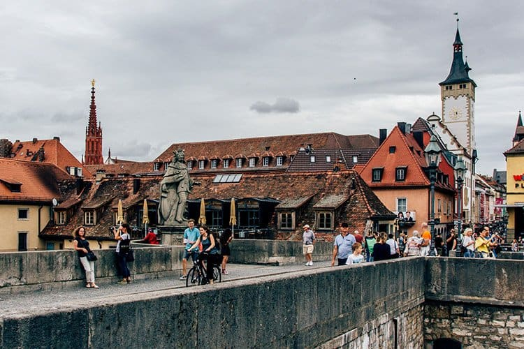 Einen Schoppen trinken auf der Alten Mainbrücke